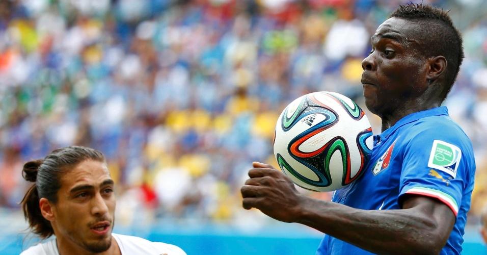 Sob marcação do uruguaio Martin Caceres, Mario Balotelli mata a bola no peito - 24/06/2014