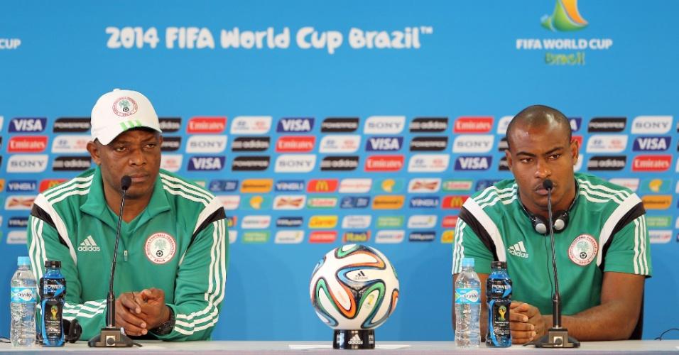 Stephen Keshi (esq.), técnico da Nigéria, fala com a imprensa ao lado de goleiro Vincent Enyeama