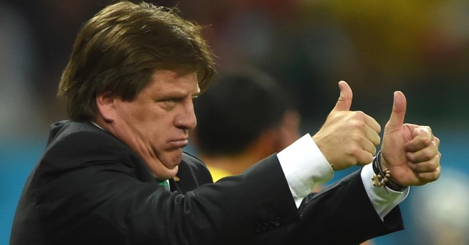 """""""Tá certo, cara!"""". Técnico mexicano Miguel Herrera faz sinal de positivo para seus comandados durante jogo do México na Copa. Com suas caras, bocas, selfies e comemorações exaltadas, ele virou um dos técnicos mais carismáticos da Copa. E com vaga garantida nas oitavas de final"""