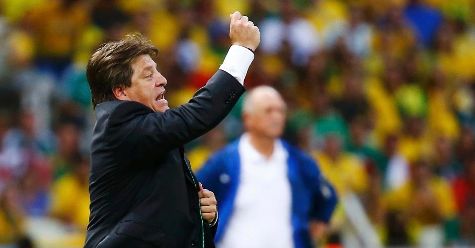 """""""Tarjeta, professor, tarjeta!"""". Miguel Herrera faz sua parte fora de campo e pede cartão para jogador brasileiro"""