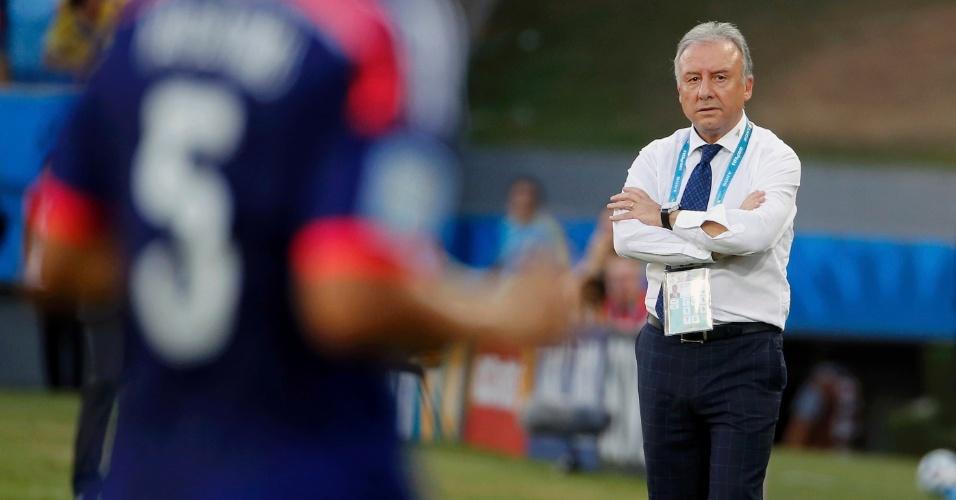 24.jun.2014 - Técnico do Japão, Alberto Zaccheroni, observa a partida contra a Colômbia, na Arena Pantanal