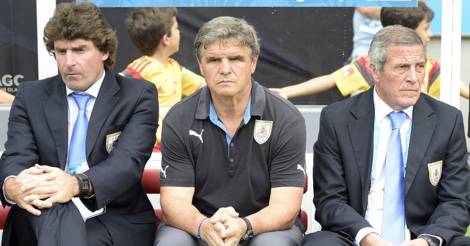 Técnico Oscar Tabarez, do Uruguai, acompanha com seus auxiliares a partida entre contra a Itália, na Arena das Dunas
