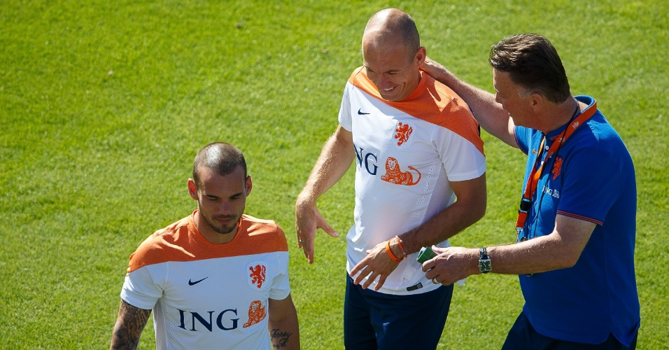 Técnico Van Gaal brinca com Robben durante treino da Holanda no Rio de Janeiro