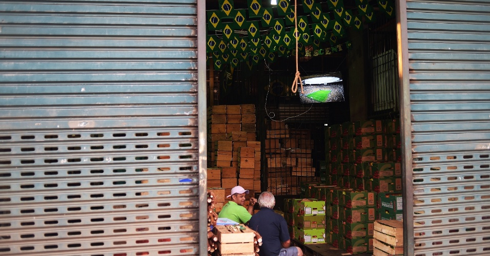 Televisores instalados em alguns dos galpões ajudaram os comerciantes a ver o jogo sem precisar se afastar do trabalho