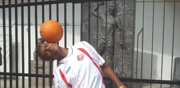 Thiago Alves, artista de rua, ganhou uma camisa autografa do meia Cubero, da seleção da Costa Rica