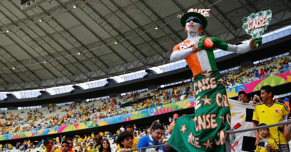 Torcedor da Costa do Marfim posa para fotos antes de partida contra a Grécia