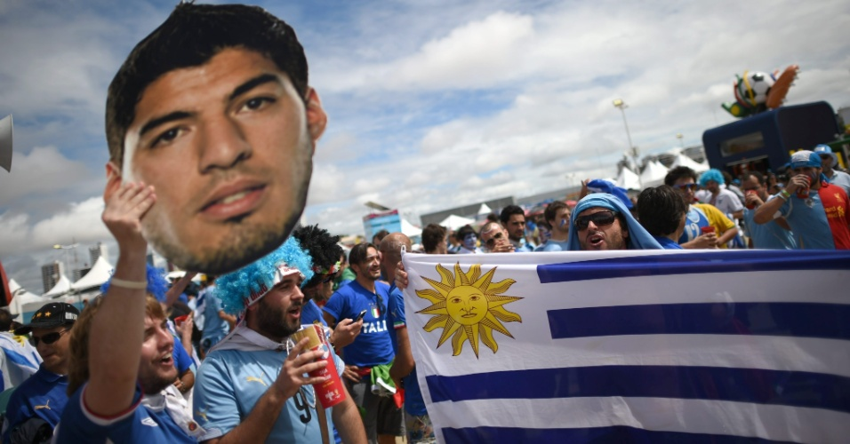 Torcedor do Uruguai carrega retrato de atacante Luis Suarez nas proximidades da Arena das Dunas, em Natal