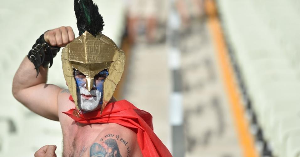 Torcedor grego recorre aos antepassados para torcer pelo país no confronto contra a Costa do Marfim, no Castelão