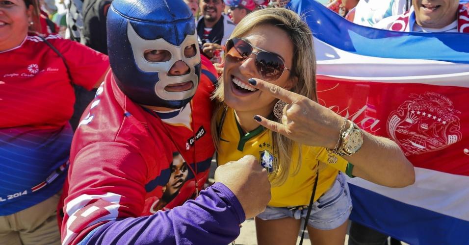 Torcedor mascarado da Costa Rica posa com brasileira do lado de fora do Mineirão