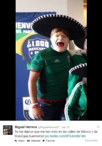 Torcedor mexicano usa máscara inspirada pelo carismático técnico mexicano Miguel Herrera