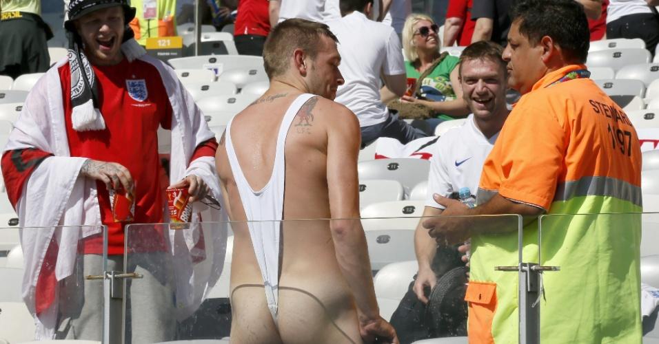 Torcedor vai com uma veste nada comum ao Mineirão assistir ao jogo entre Costa Rica e Inglaterra
