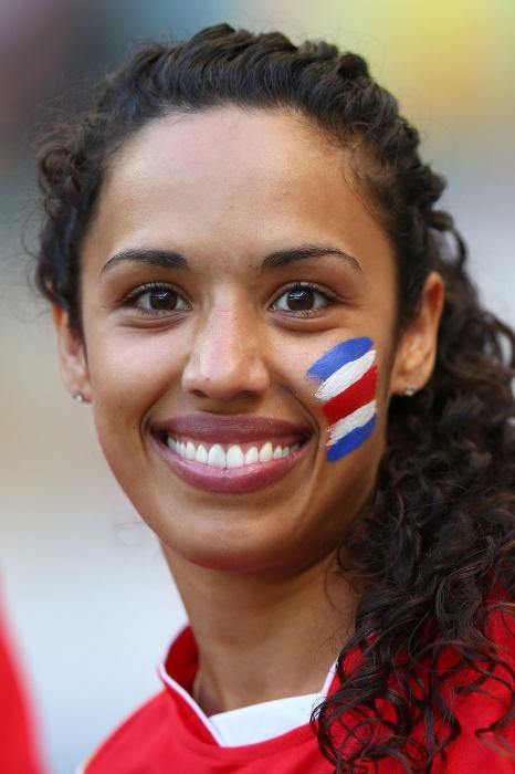 Torcedora apóia a Costa Rica com cores da bandeira pintadas no rosto