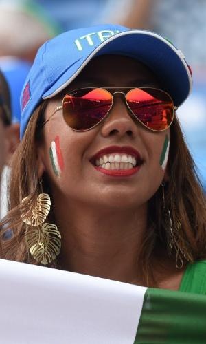 Torcedora italiana assiste à partida contra o Uruguai na Arena das Dunas