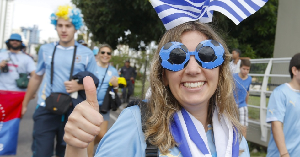 Torcedora uruguaia faz sinal de positivo perto da Arena das Dunas, em Natal, antes de duelo entre Itália e Uruguai