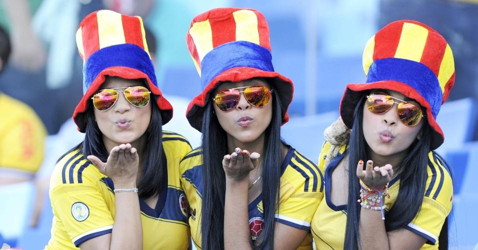 24.jun.2014 - Torcedoras colombianas mostram todo o charme antes da partida contra o Japão, na Arena Cuiabá