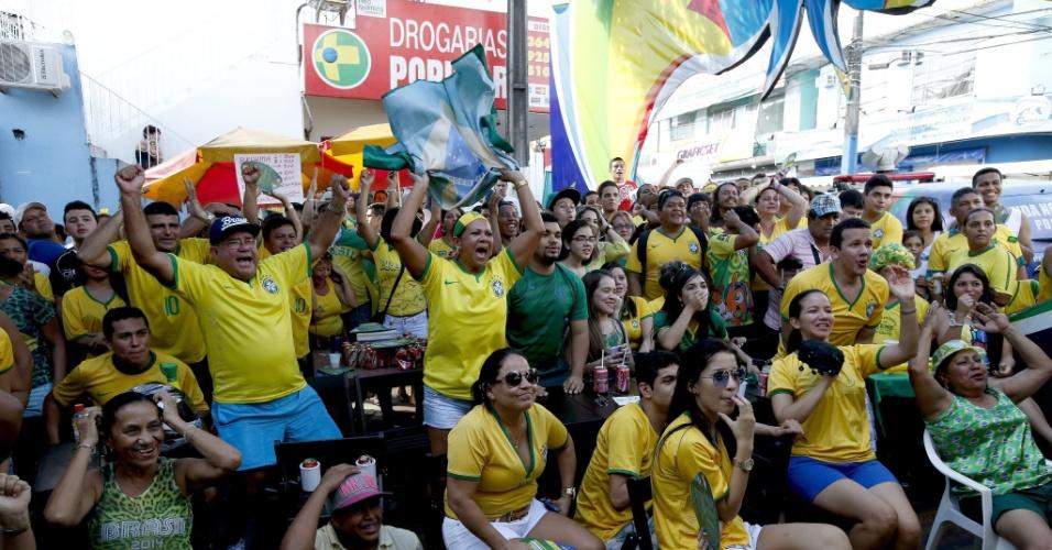 Torcedores assistem ao jogo entre Brasil e México em bar próximo à Arena Amazônia