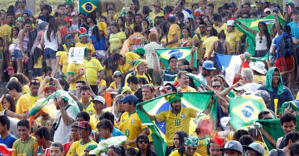 Torcedores assistem ao jogo entre Brasil e México sob chuva na Fan Fest de Manaus