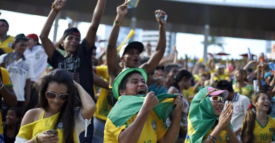Torcedores comemoram gol do Brasil na partida contra Camarões na Fan Fest de Manaus