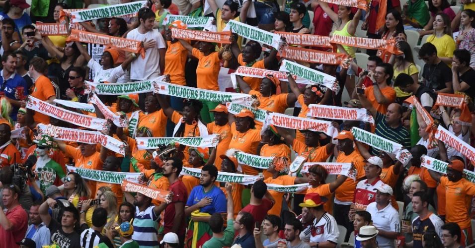 Torcedores da Costa do Marfim mostram animação durante partida contra a Grécia