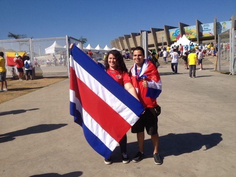 Torcedores da Costa Rica fazem festa nos entornos do Mineirão, onde a equipe enfrenta a Inglaterra na terceira rodada da primeira fase