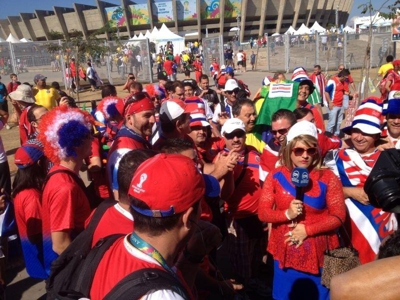 Torcedores da Costa Rica se reúnem na frente do Mineirão para a partida contra a Inglaterra, nesta terça