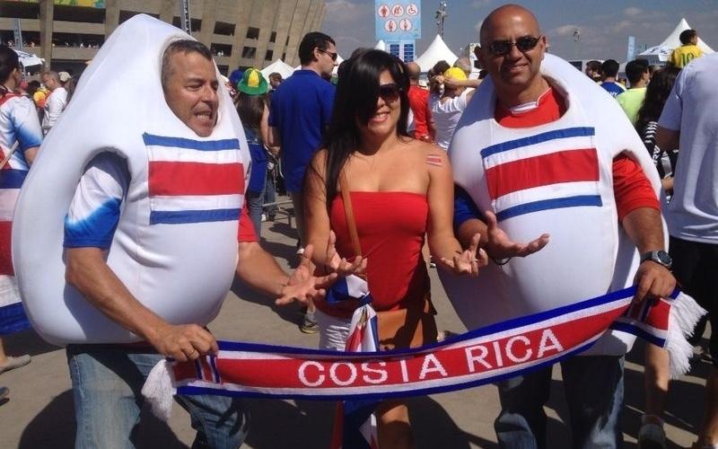 Torcedores da Costa Rica se vestem de culhões - isso mesmo, culhões - para assistir ao jogo contra a Inglaterra