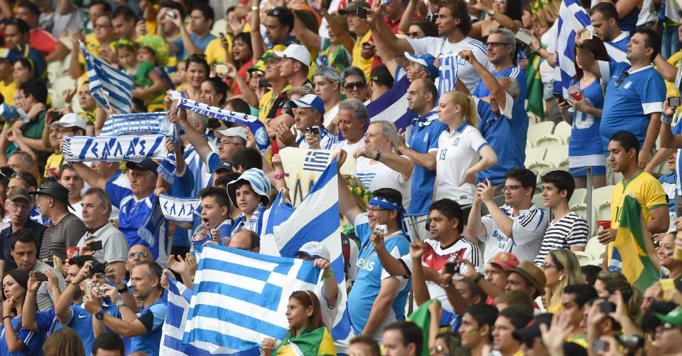 Torcedores da Grécia mostram animação antes de jogo contra a Costa do Marfim
