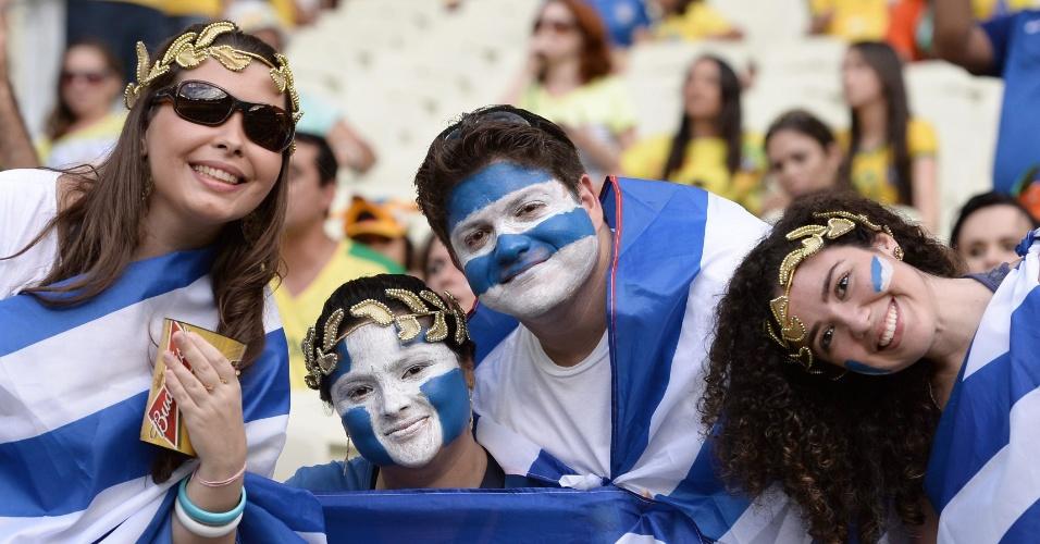 Torcedores da Grécia pintaram o rosto para acompanhar a partida contra a Costa do Marfim
