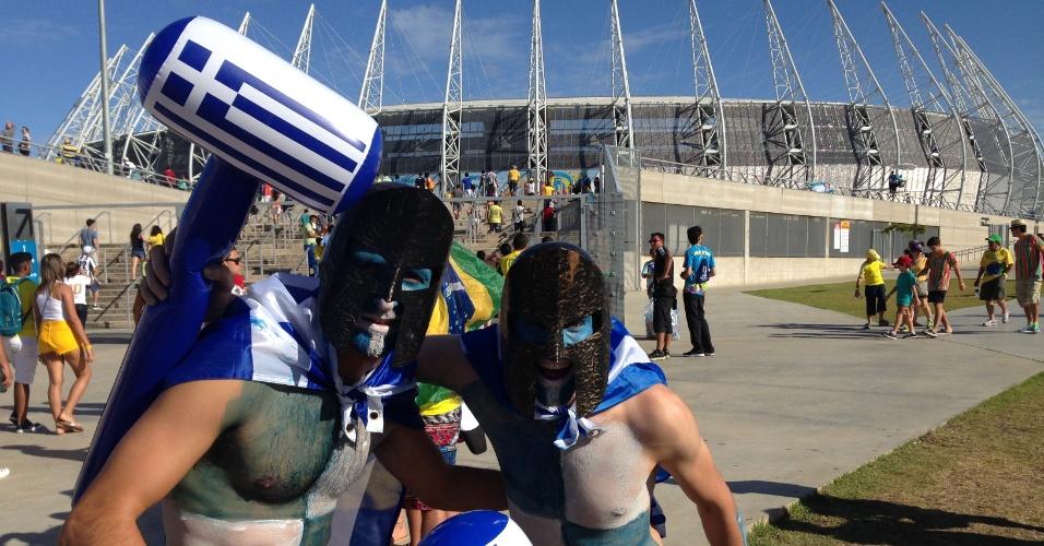 Torcedores da Grécia usam fantasia para acompanhar jogo contra a Costa do Marfim, no Castelão