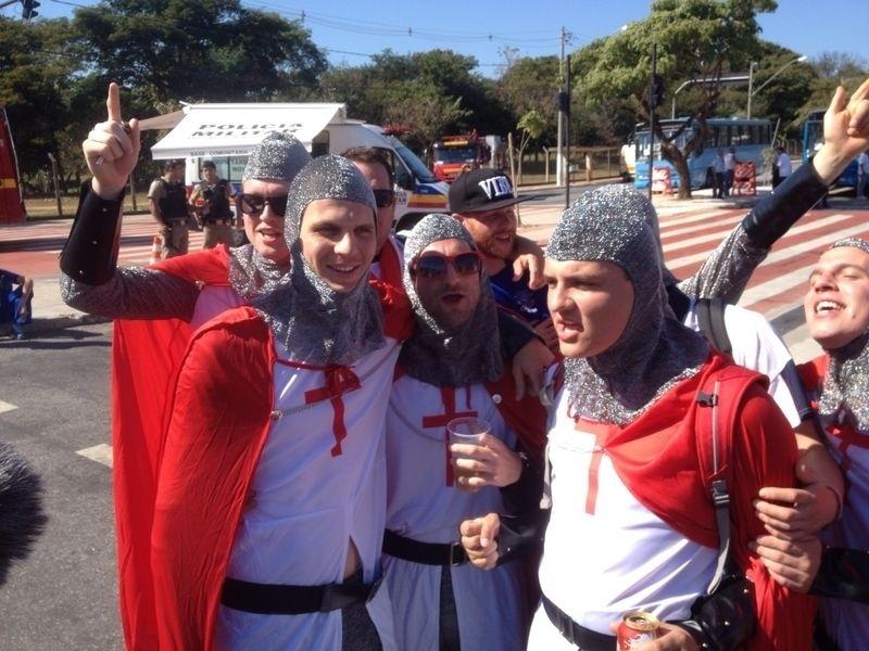 Torcedores da Inglaterra fazem festa nos entornos do Mineirão, onde a seleção enfrenta a Costa Rica na terceira rodada da primeira fase