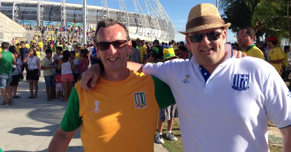 Torcedores de Grécia e Costa do Marfim posam para foto fora do estádio Castelão