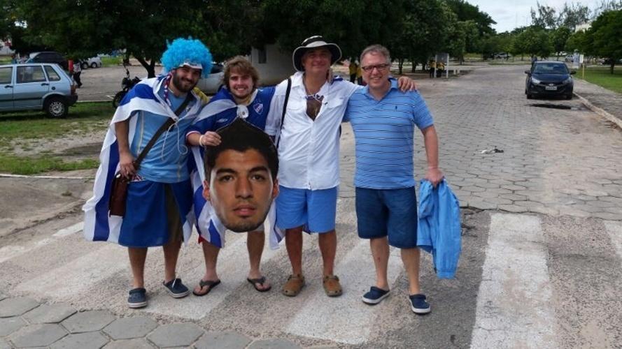 Torcedores do Uruguai carregam retrato de atacante Luis Suarez perto da Arena das Dunas, em Natal
