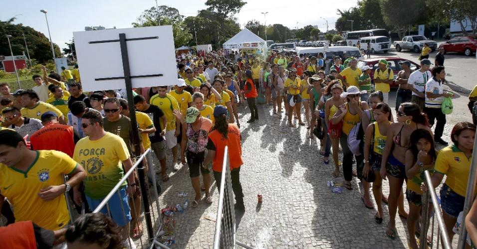 Torcedores formam fila para entrar na Fan Fest de Manaus antes do jogo entre Brasil e Camarões
