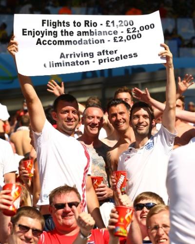 Torcedores ingleses mostram bom humor apesar da eliminação inglesa. No cartaz: