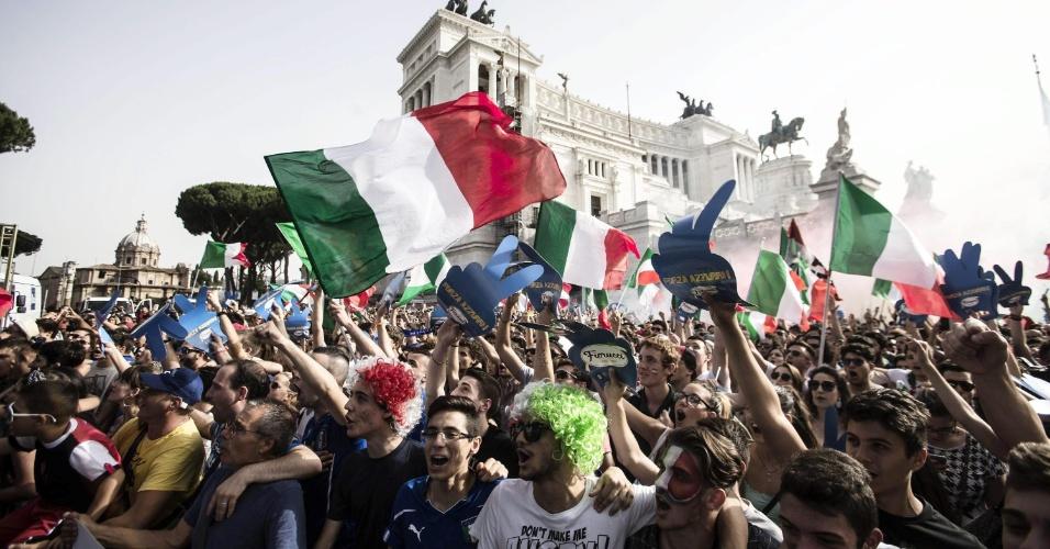 Torcedores italianos agitam bandeiras durante transmissão da partida contra o Uruguai na Piazza Venezia