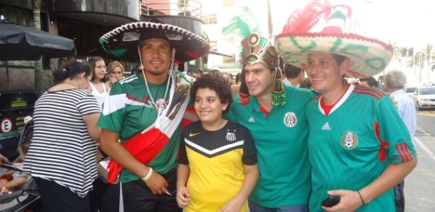 Torcedores mexicanos que ficaram pouco mais de três horas aguardando a chegada da seleção