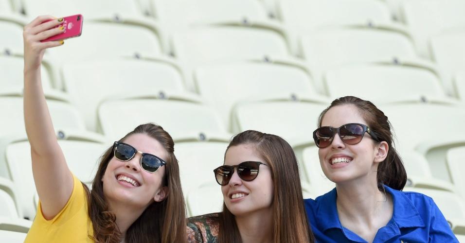 Torcedores tiram selfie antes de partida entre Grécia e Costa do Marfim no Castelão, em Fortaleza