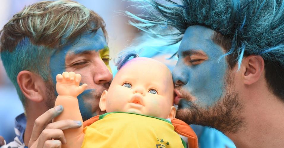 Torcedores uruguaios beijam boneca na Arena das Dunas, em Natal