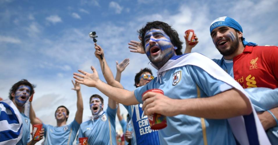 Torcedores uruguaios ocupam arredores da Arena das Dunas, em Natal, antes de duelo entre Itália e Uruguai