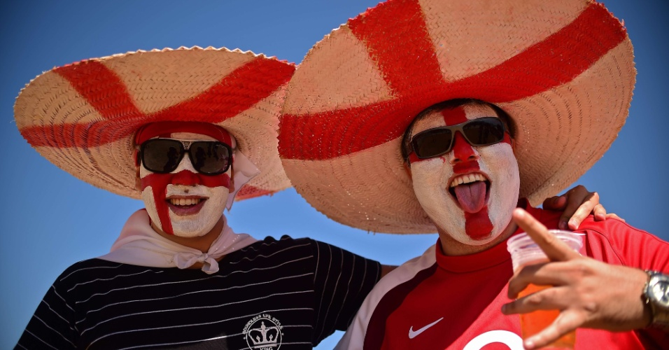 Torcida inglesa capricha no visual para acompanhar a despedida do time na Copa, contra a badalada Costa Rica