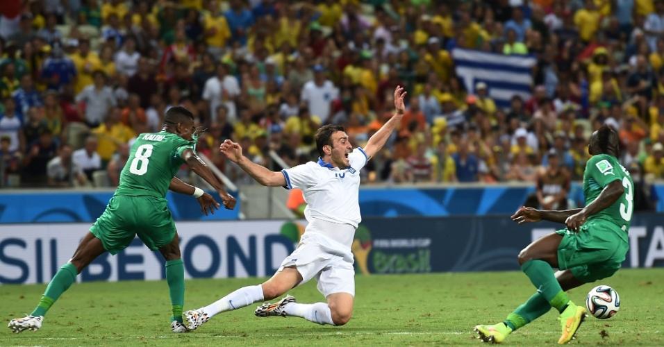 Torosidis sofre falta de Kalou durante partida entre Costa do Marfim e Grécia, no Castelão