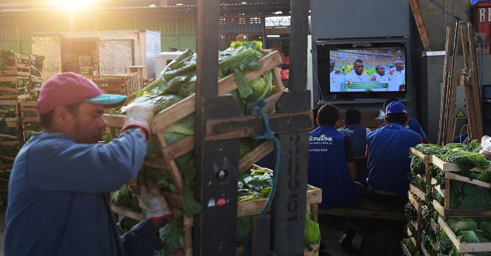 Trabalhadores do Ceagesp fazem uma pausa para assistir ao jogo entre Brasil e Camarões, pela última rodada da fase de grupos da Copa do Mundo