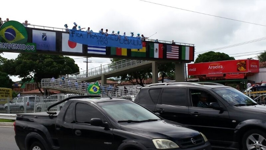 """Uruguaios penduram faixa """"Fica tranquilo Obdúlio 1950"""" em passarela nos arredores da Arena das Dunas"""