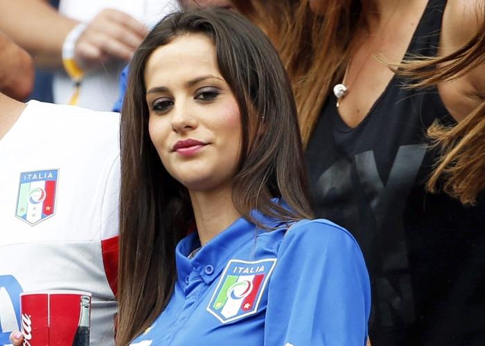 Valentina Abate, esposa de Ignazio Abate, aguarda início da partida entre Itália e Uruguai a partir das tribunas da Arena das Dunas
