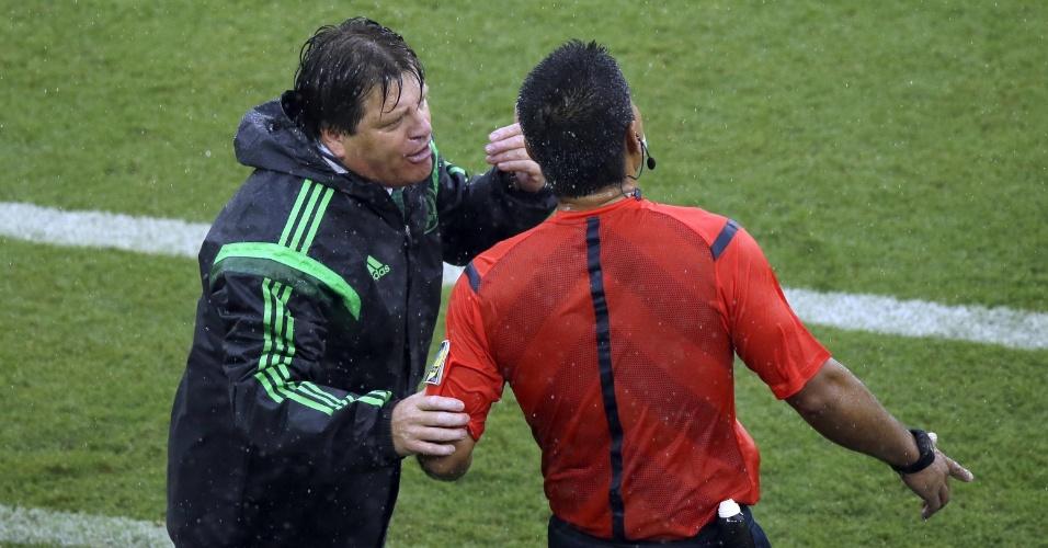 """""""Vem cá, vem cá!"""". Herrera agarra o árbitro e reclama ao pé do ouvido durante o jogo com Camarões"""