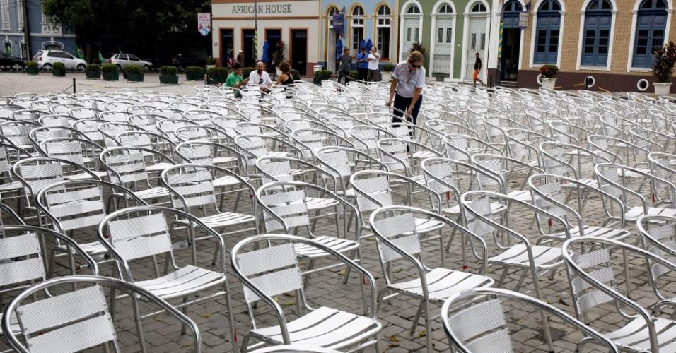 Voluntária organiza cadeiras no Largo São Sebastião, local que se transformou em um ponto de encontro não-oficial de torcedores durante a Copa
