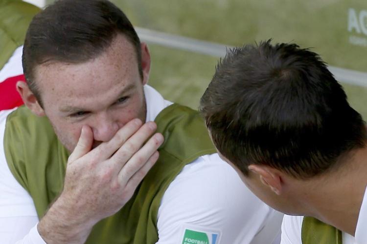 Wayne Rooney conversa com companheiro no banco da Inglaterra, durante o jogo com a Costa Rica
