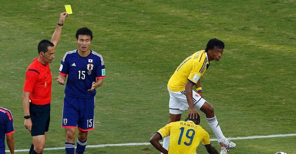 24.jun.2014 - Yasuyuki Konno, do Japão, recebe o cartão amarelo depois de cometer pênalti na partida contra a Colômbia