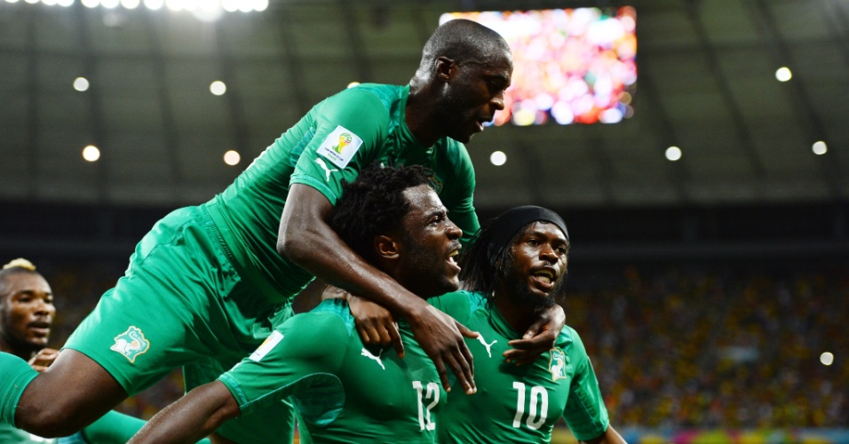 Yaya Toure, Bony e Gervinho comemoram gol de empate da Costa do Marfim contra a Grécia