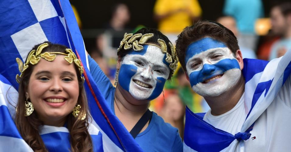 24.jun.2014 - Torcedores gregos fazem festa com a classificação inédita para as oitavas de final